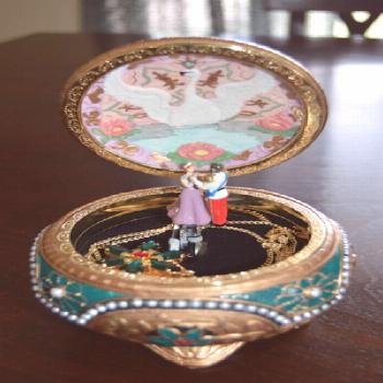 ANASTASIA MUSIC BOX & NECKLACE  INTO A SNOWGLOBE Globe: swan and dancing figures Stand: paint&desig