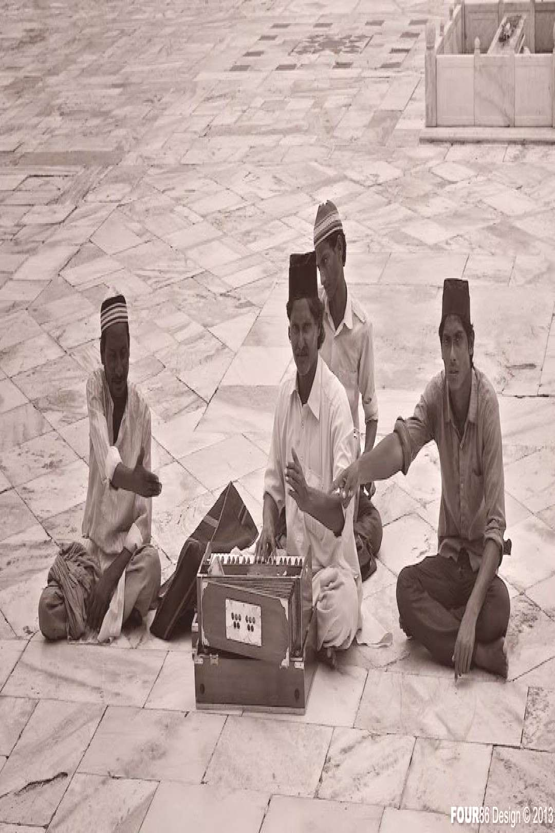 Musicians. Outside of the Tomb of Salim Chishti within the Jama Masjid courtyard... - Musicians. O